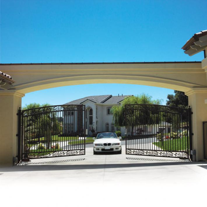 Double swing driveway gate with hidden swing gate operators